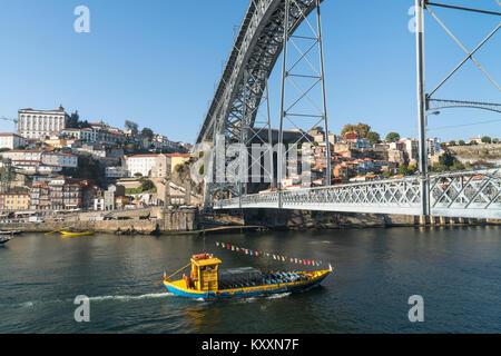 Le fleuve Douro à bord vers le quartier de Ribeira de Porto, au Portugal. avec le Pont Dom Luis I, au premier plan. Banque D'Images