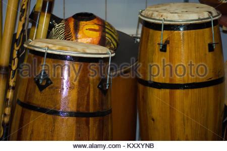 Tambours africains-origined, peintes avec des couleurs rituelles, des peintures et des chiffres, exposés à la vente Banque D'Images