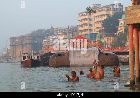 Personnes visitent Panchganga ghat Gange Varanasi en Inde. Banque D'Images