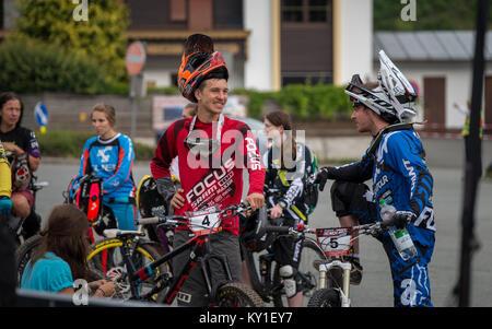 Fabian Scholz (4) de l'Allemagne dispose d'un vélo de montagne avec son collègue Marco Arnold (5) à partir de la Banque D'Images