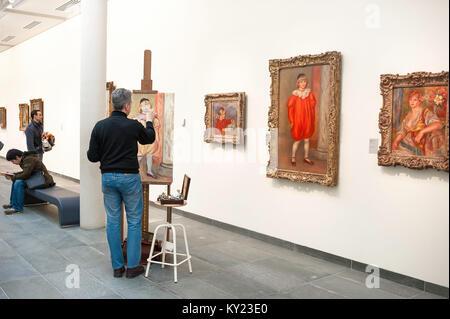 La copie de l'homme peinture, à l'intérieur du Musée de l'Orangerie à Paris un homme copie un tableau d'Auguste Banque D'Images