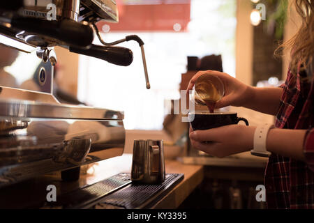 Section intermédiaire de barista pouring coffee in cup Banque D'Images
