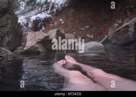 La section basse de woman relaxing in Hot spring Banque D'Images