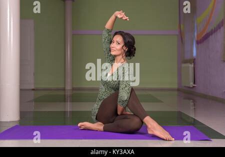 Pratiques professionnelles formateur de yoga Cours de yoga dans la salle de sport Banque D'Images