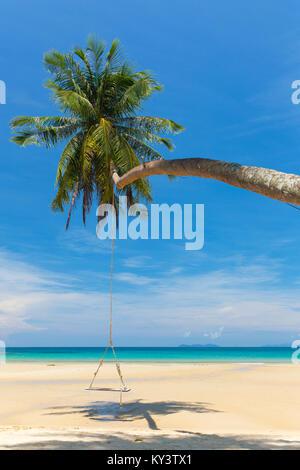 Balançoire en bois suspendu à la plage sur l'île tropicale.