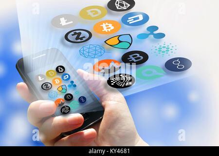 - Cryptocurrency virtuelle technologie financière et de l'argent sur internet - smartphone dans une main et les Banque D'Images
