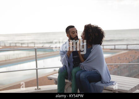 Couple enveloppé dans un châle d'avoir de la crème glacée Banque D'Images