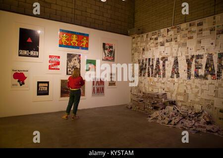 Los Angeles, Californie, USA. 13 janvier, 2018. Visiteur à l'action en justice sociale de pop up exposition artistique au centre-ville de Los Angeles, CA Patinelli Crédit: Maggie/Alamy Live News