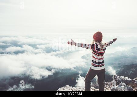 Happy woman traveler sur la montagne de mains levées style Voyage aventure concept réussite vacances active outdoor Banque D'Images