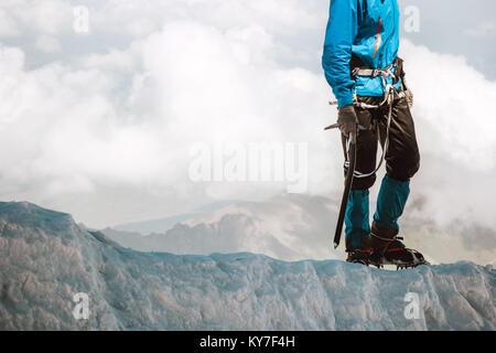 L'homme l'escalade sur le glacier jusqu'à la montagne de style de voyage d'aventure en plein air concept vacances Banque D'Images