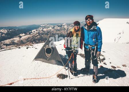 Couple Homme et Femme escalade montagne Elbrus atteint le sommet de l'est Vie Voyage aventure concept réussite vacances Banque D'Images