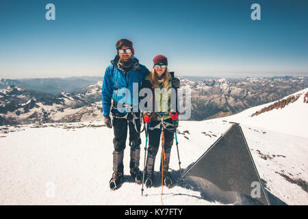 Deux alpinistes l'homme et de la femme a atteint le sommet de montagne Elbrus Vie Voyage aventure concept réussite Banque D'Images