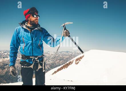 Grimpeur Man holding piolet sur glacier montagne Vie Voyage aventure concept vacances actives en plein air à l'aide Banque D'Images