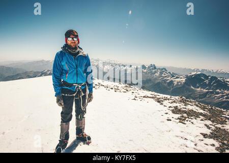 L'homme atteint l'Elbrous mountain Climber sommet de l'est Vie Voyage aventure concept réussite vacances active Banque D'Images