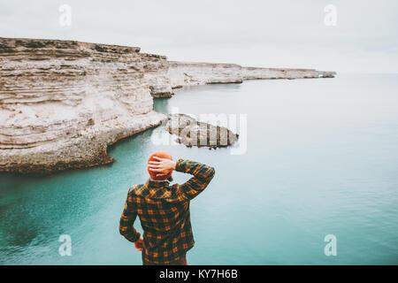 Homme marchant à cold mer Transport Fashion Style de chapeau et vêtements chemise confortable de l'harmonie avec Banque D'Images