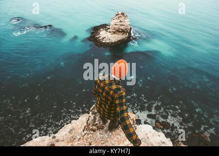Meilleur homme debout sur la mer au-dessus de falaise vue aérienne voyage seul concept de vie vacances d'aventure Banque D'Images
