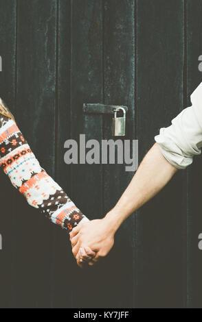 Mes mains tenant ensemble pour toujours et l'arrière-plan en bois style lock plus de personnes concept tabou Banque D'Images
