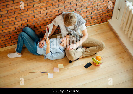 Deux étudiants assis en dehors de la classe et d'étudier ensemble Banque D'Images