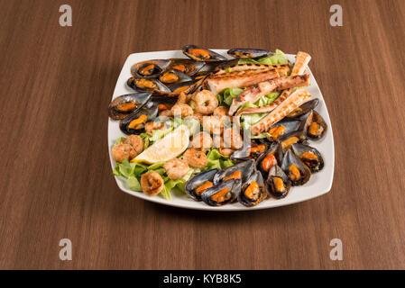 Lave avec des coquilles de poulpes et crevettes sur une table Banque D'Images
