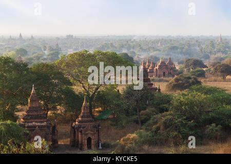 Vue panoramique sur de nombreux temples, pagodes et autres bâtiments de l'ancienne plaine de Bagan au Myanmar (Birmanie), Banque D'Images