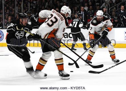 Los Angeles, Californie, USA. 13 Jan, 2018. Le centre d'Anaheim Ryan Kesler (17) se contorsionne le palet contre les Kings de Los Angeles au cours de la première période d'un match de hockey au Staples Center le Samedi, Janvier 13, 2018 à Los Angeles. Credit: Keith Birmingham/SCNG/ZUMA/Alamy Fil Live News