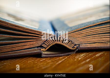 Pages d'un vieil album photo sur la table de la chambre. Vieux livre. Retro. Libre. Banque D'Images