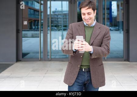 Man texting un message sur son smartphone Banque D'Images
