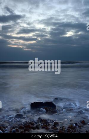 Une belle scène et de l'atmosphère ou de marins sur la côte sud-ouest de l'île de Wight. vagues se brisant sur et Banque D'Images