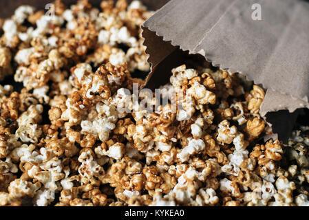Soufflé au caramel fraîche dans un sac en papier sur la table en bois Banque D'Images