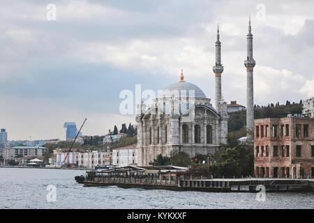 Mosquée Ortakôy sur les rives du Bosphore Banque D'Images