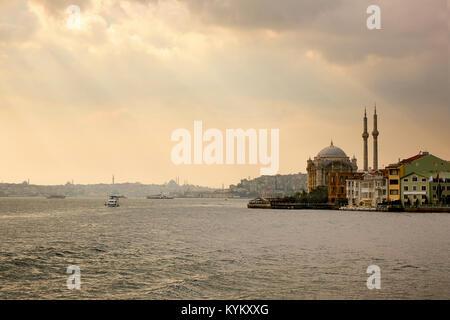Mosquée Ortakôy sur les rives du Bosphore, Banque D'Images