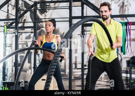 L'entraînement fonctionnel avec corde en bataille sport crossfit Banque D'Images