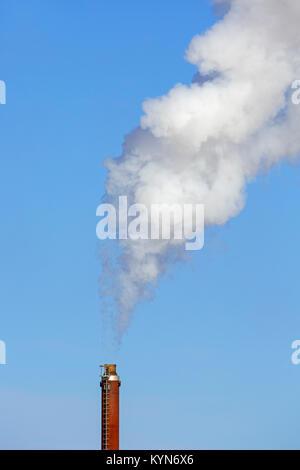 Cheminée industrielle / cheminée / cheminée contre le ciel bleu sur une journée sans vent Banque D'Images