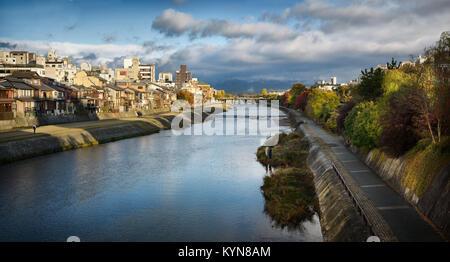 Rivière Kamo Kamo-gawa,, avec les chemins le long des rives et les pêcheurs. Très belle vue panoramique de Kyoto Banque D'Images