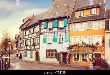 Vieille rue décorée pour Noël, Colmar, France. Image tonique Banque D'Images