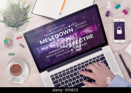 L'installation de la mise à jour contre meltdown et spectre menace concept sur Vue de dessus de l'écran du portable. Banque D'Images