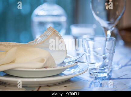 Set de table élégante pour dîner dans un été avec vaisselle en porcelaine blanche, blanc dentelle vintage serviette Banque D'Images