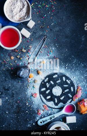 Silhouette d'un beigne faite avec du sucre en poudre. Télévision Cuisine jeter avec farine, sucre, de vitrage et Banque D'Images