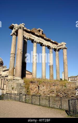 L'Italie, Rome, forum romain, temple de Saturne Banque D'Images