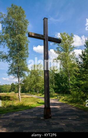 Camp de concentration de Belsen Bergen -croix de bois érigée par les survivants à un service à la mémoire des victimes Banque D'Images