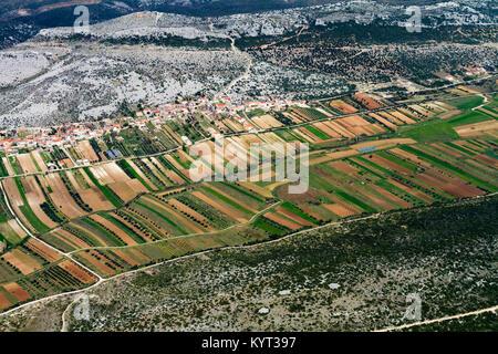 Vue aérienne de champs fertiles dans la région de Zadar, près de la côte Adriatique