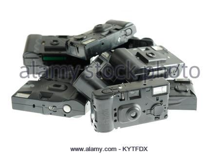 Divers, poussiéreux, les caméras jetables. C'est une collection d'objets d'une autre marque, sur fond blanc. Ces Banque D'Images
