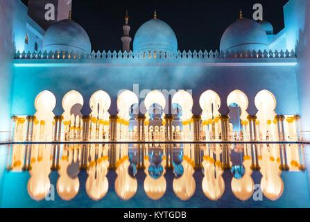 Abu Dhabi Sheik Zayed Grande Mosquée de nuit. Mille et Une Nuits. L'imagination, rêve de merveille du monde. Émirats Banque D'Images