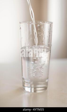 Un verre d'eau froide et rafraîchissante Banque D'Images