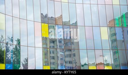 Réflexions à la fenêtre de la façade en verre d'un immeuble de bureaux Banque D'Images