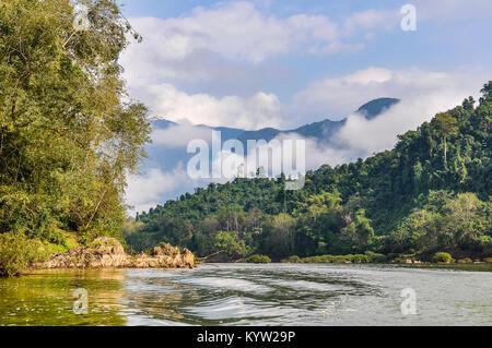 Paysage de rivière sur la rivière Nam Ou, dans le Nord du Laos