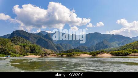 Paysage de rivière sur le Mékong dans le Nord du Laos