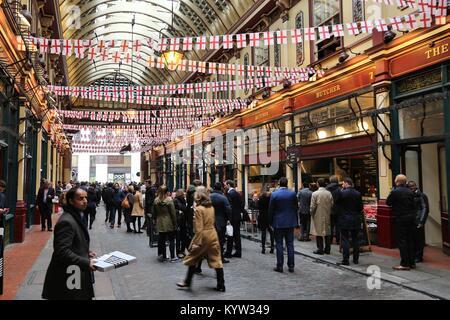 Londres, Royaume-Uni - 22 avril 2016: Les gens célèbrent Saint George's Day dans Leadenhall Market, Londres. Saint Banque D'Images