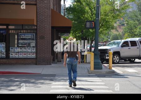 Un cow-boy crossing avenue principale de Durango, dans le Colorado, USA Banque D'Images