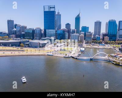 Elizabeth Street, Perth, Australie occidentale, y compris la rivière swan en premier plan Banque D'Images